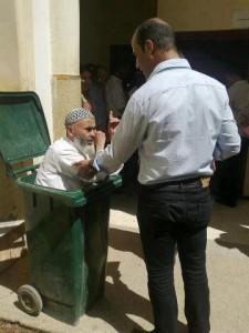 مسن بالرباط يحتج بطريقته على موظف رفض تسليمه وثيقة إدارية (الصورة الأكثر تداولا اليوم)