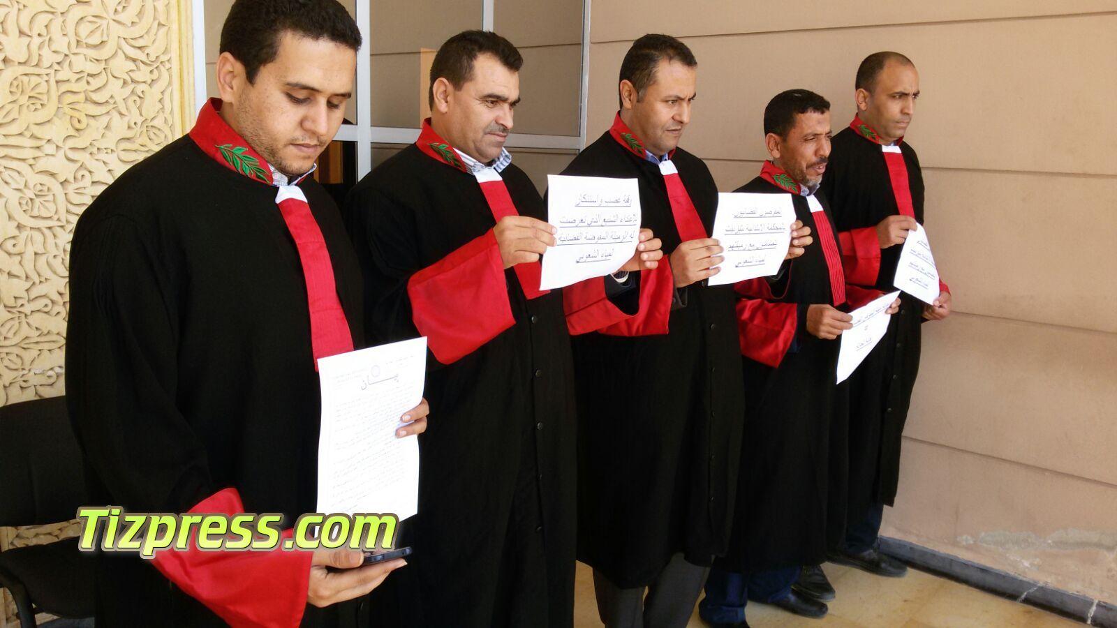 تيزنيت : مفوضون قضائيون يحتجون تضامنا مع زميلتهم المعنفة بفاس