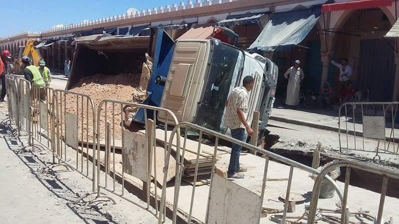 بالصورة : انقلاب شاحنة بورش حماية المدينة العتيقة لتيزنيت من الفيضانات