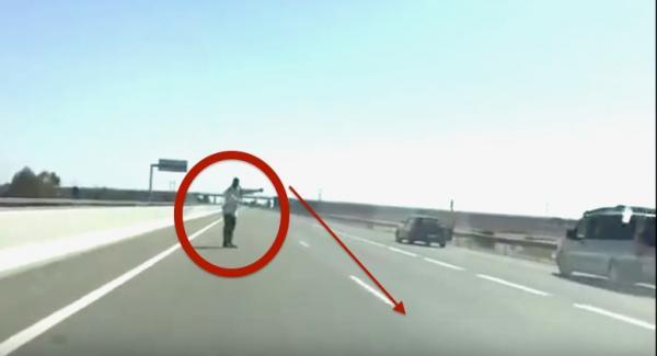 بالفيديو : سائق سيارة بالطريق السيار يضع دركيا في موقف محرج