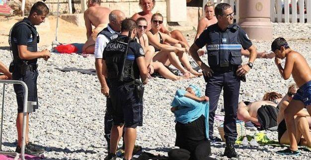 """شرطة مدينة """" نيس """" الفرنسية تجبر امرأة محجبة على خلع البوركيني"""