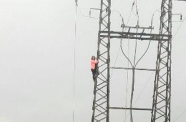 أكادير : فتاة تهدد بالانتحار من أعلى عمود كهربائي
