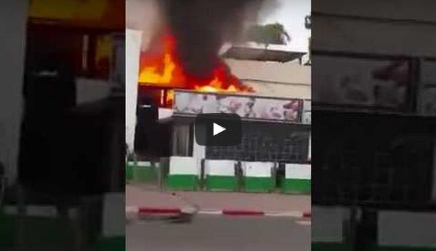 """بالفيديو : اندلاع حريق مهول وسط """"ملهى""""بأكادير يستنفر السلطات"""