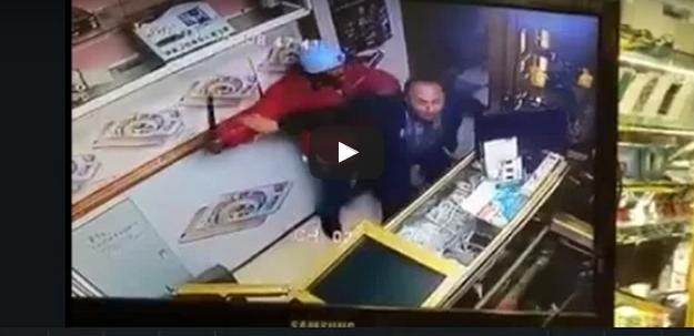 """بالفيديو.. شاهد عملية سطو بـ""""السكاكين"""" على محل للهواتف النقالة بالرباط"""