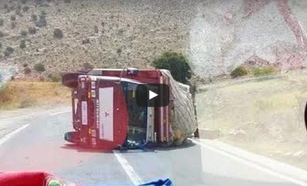 بالفيديو : انقلاب شاحنة لنقل الخضر والفواكه على الطريق الرابطة بين لخصاص و ميرغت