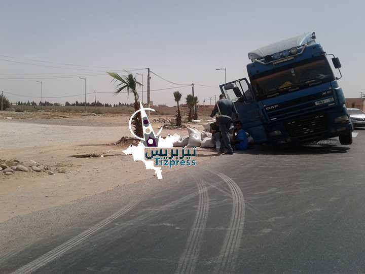 بالصور : انقلاب شاحنة كبيرة بمدار طرقي يعرقل السير لساعات بسيدي بيبي