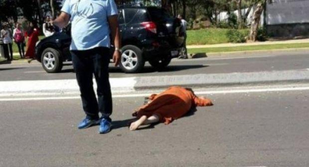 مهاجر قام برمي والدته من السيارة وحاول طعن أبيه بالسلاح الأبيض
