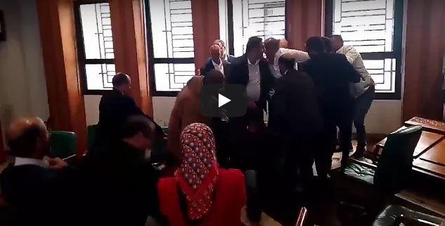 بالفيديو : ركل ورفس وصراخ في مجلس مدينة الرباط