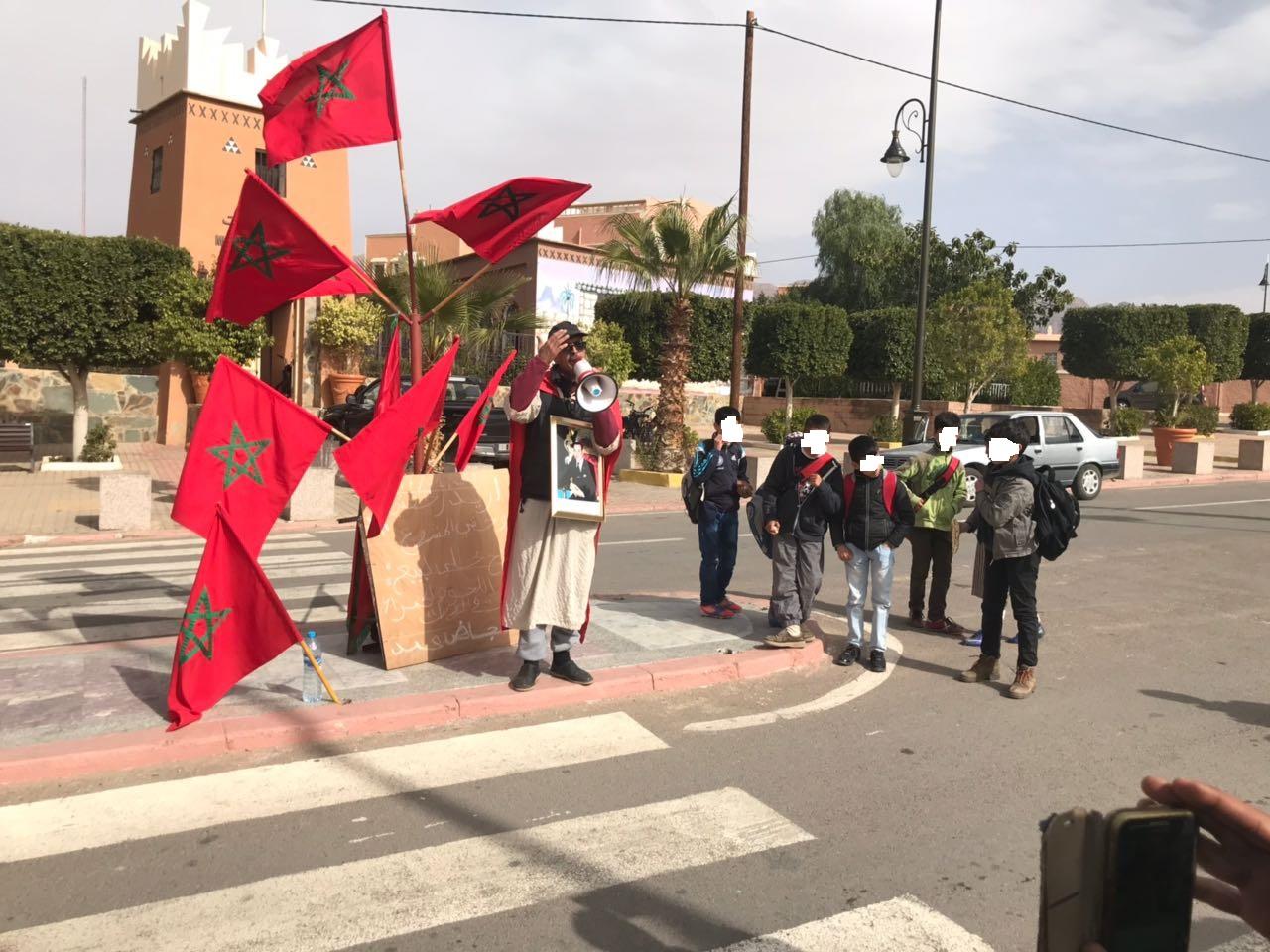 تافراوت: رفض منح رخصة لمزاولة نشاط مهني يخرج مواطن للإحتجاج امام مقر بلدية تافراوت