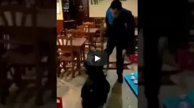 فيديو..اعتداء وحشي على مهاجر مغربي من قبل عنصر امني إسباني