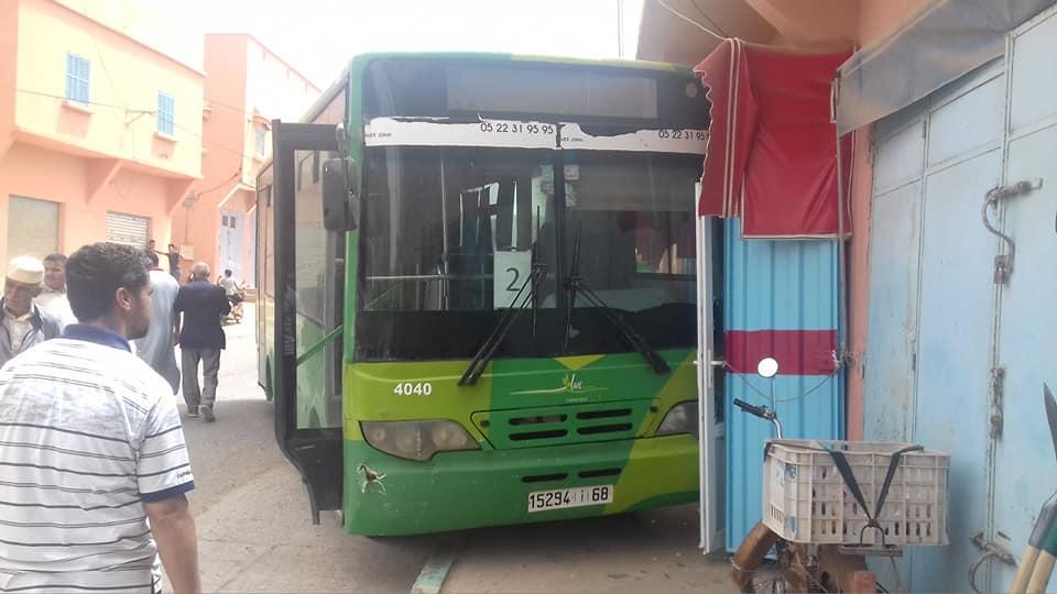 بالصور ..اصطدام حافلة النقل الحضري بمحل تجاري برسموكة كاد يخلف خسائر في الأرواح