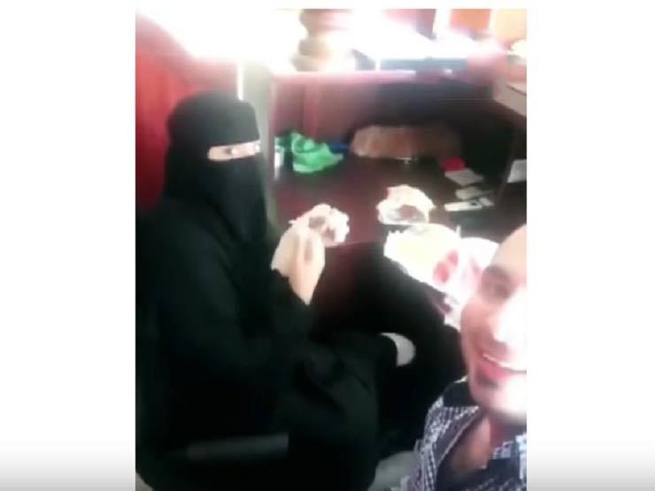 بالفيديو ..السعودية تعتقل مصري أفطر مع زميلته في العمل