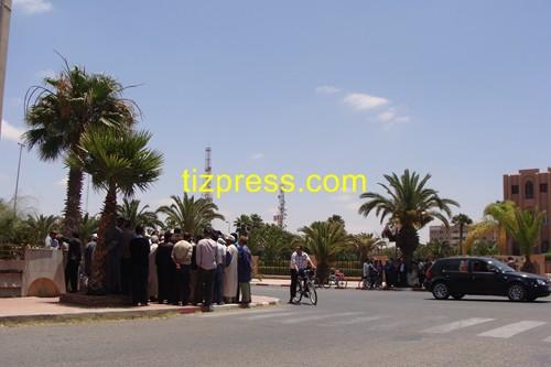 ساكنة الساحل تحتج أمام عمالة تيزنيت بسبب غياب وسائل النقل وبسبب محاصرة (الْعْتَّاقَة)