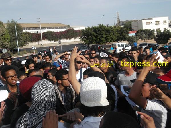 شباب أكادير يحتج ضد العفو الملكي على الإسباني، مغتصب أطفال المغرب، ويدعو إلى إسقاطه (صور)