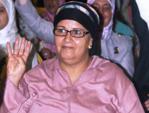 الفنانة فاطمة وشاي ترفع شارة رابعة تضامنا مع ضحايا الانقلاب العسكري بمصر