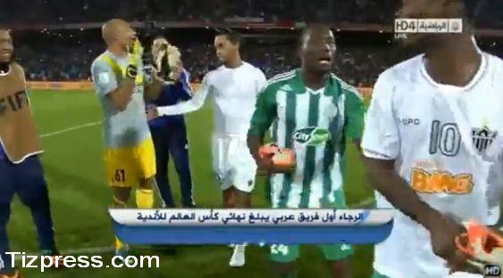 كوكو يهجم على رنالدينيو ويسرق حذاءه الرياضي ( فيديو )