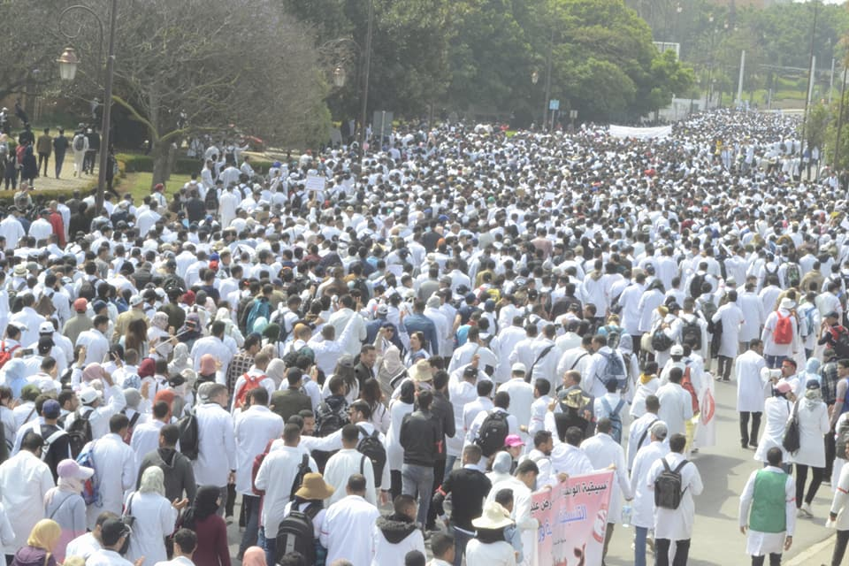 مسيرة الكرامة …آلاف الأساتذة يغرقون شوارع الرباط رفضا للتعاقد