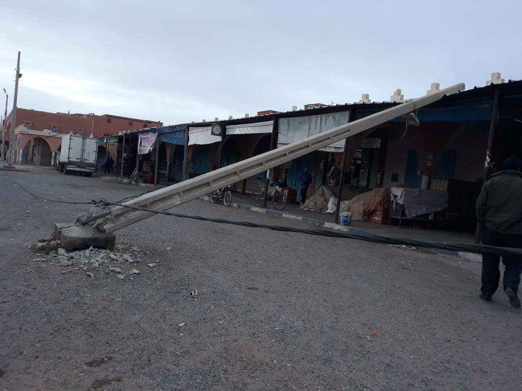 أولاد جرار: شاحنة كبيرة تصدم عمودا  كهربائيا بودادية الخير وتلوذ بالفرار