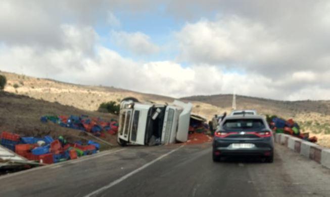 """سيدي إفني : انقلاب شاحنة محملة بالطماطم يربك حركة السير بأحد منعرجات """" ميرغت """""""
