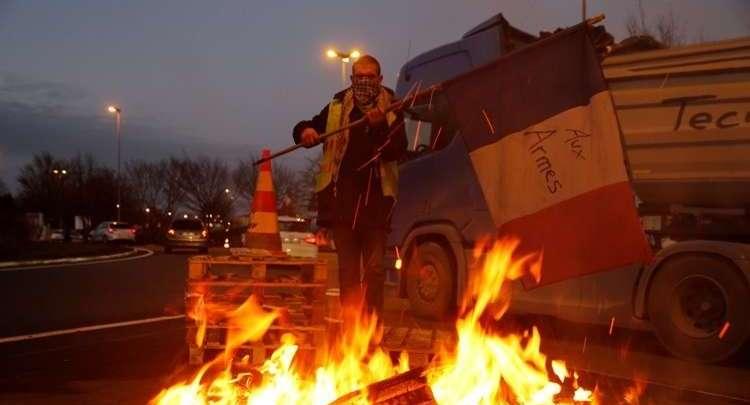 """ماكرون يتراجع أمام احتجاجات """"السترات الصفراء"""" و يلغي قرار رفع أسعار الوقود"""