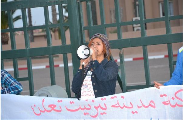 تيزنيت :نشطاء في وقفة احتجاجية أمام العمالة تضامنا مع معتصمين و مضربين عن الطعام لليوم الــ 13 ( صور و فيديو )
