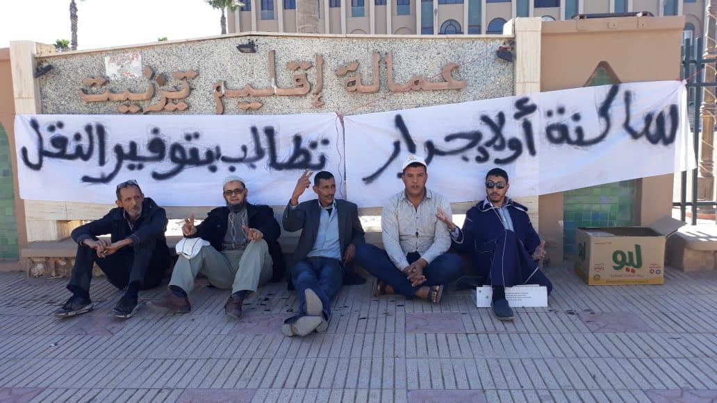 فيديو : وقفة احتجاجية أمام العمالة بسبب مشكل النقل العمومي باولاد جرار