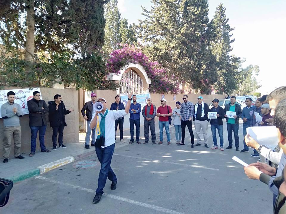 تيزنيت : بالصور ..وقفة احتجاجية للأساتذة المتعاقدين أمام مديرية التعليم بمشاركة الهيئات النقابية و الحقوقية