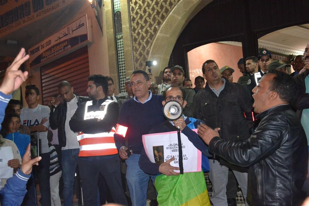 تيزنيت : نشطاء الحركة الأمازيغية يستقبلون أبو زيد بالاحتجاج
