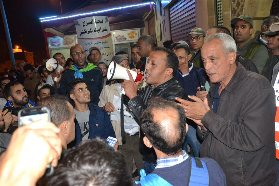 """تيزنيت : بالصور و الفيديو ..نُشطاء أمازيغ يحتجّون ضد """"نكتة"""" المقرئ الإدريسي أبو زيد"""
