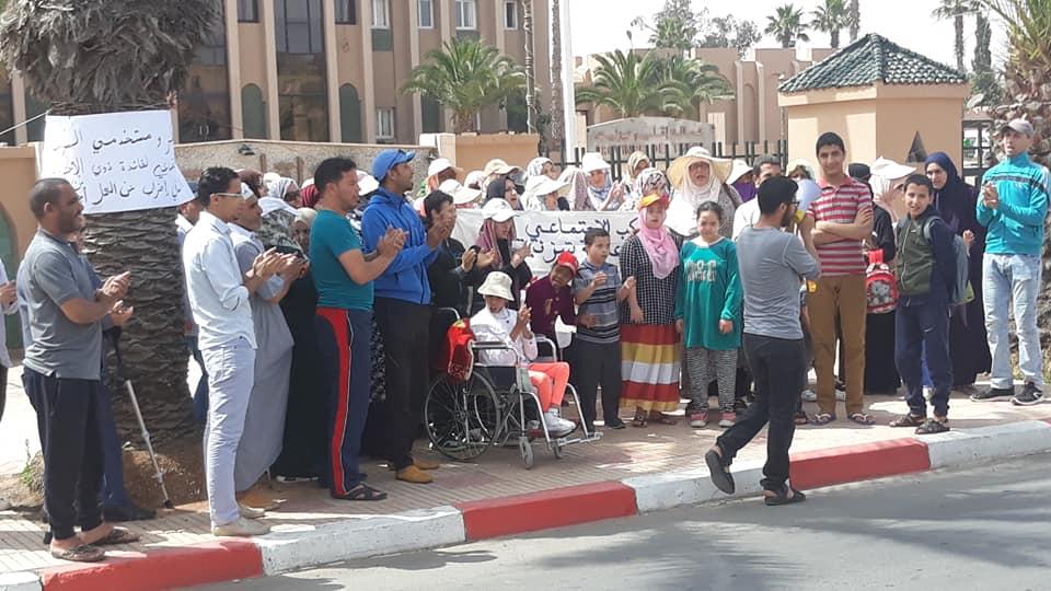تيزنيت :بالصور و الفيديو .. أطر و مستخدمي مركب تحدي الإعاقة و معهم أولياء ذوي الإحتياجات الخاصة يحتجون أمام مقر العمالة