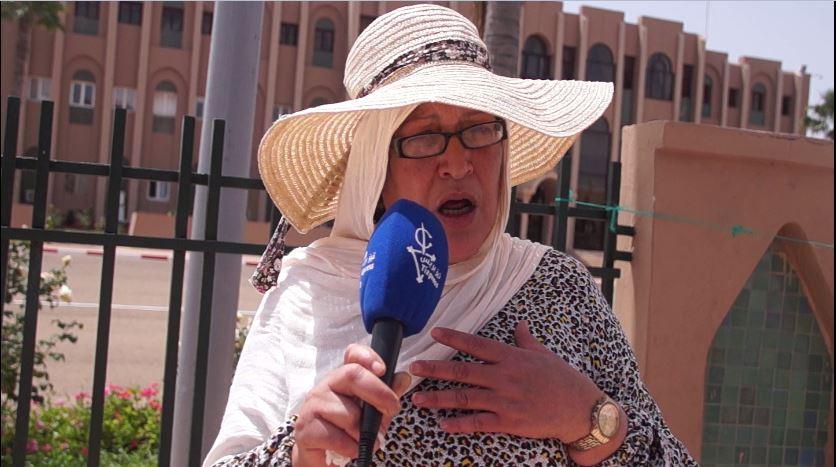"""تيزنيت :صرخة أم لأطفال ذوي الإحتياجات الخاصة  ضد """"الحُكرة"""" أمام مقر العمالة"""