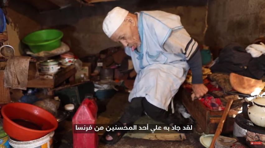 فيديو ..رجل ستيني غير قادر على الحركة و يعيش وحيدا في كوخ صغير وسط مدينة تيزنيت
