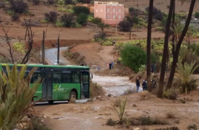 فيديو :واد أزكر ورزان يقطع الطريق الرابطة بين أنزي وتيغمي