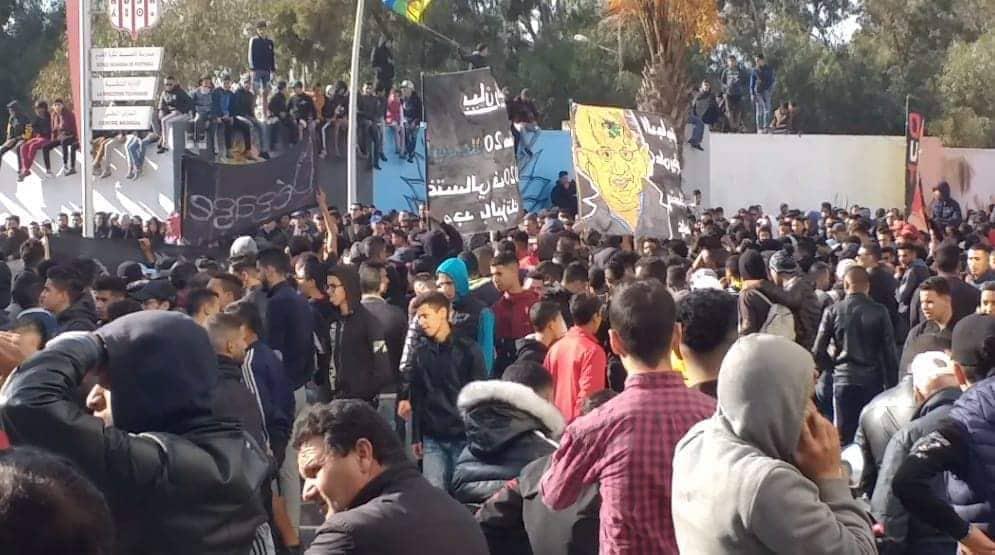 جماهير الحسنية تُواصل الإحتجاج أمام مقر الفريق