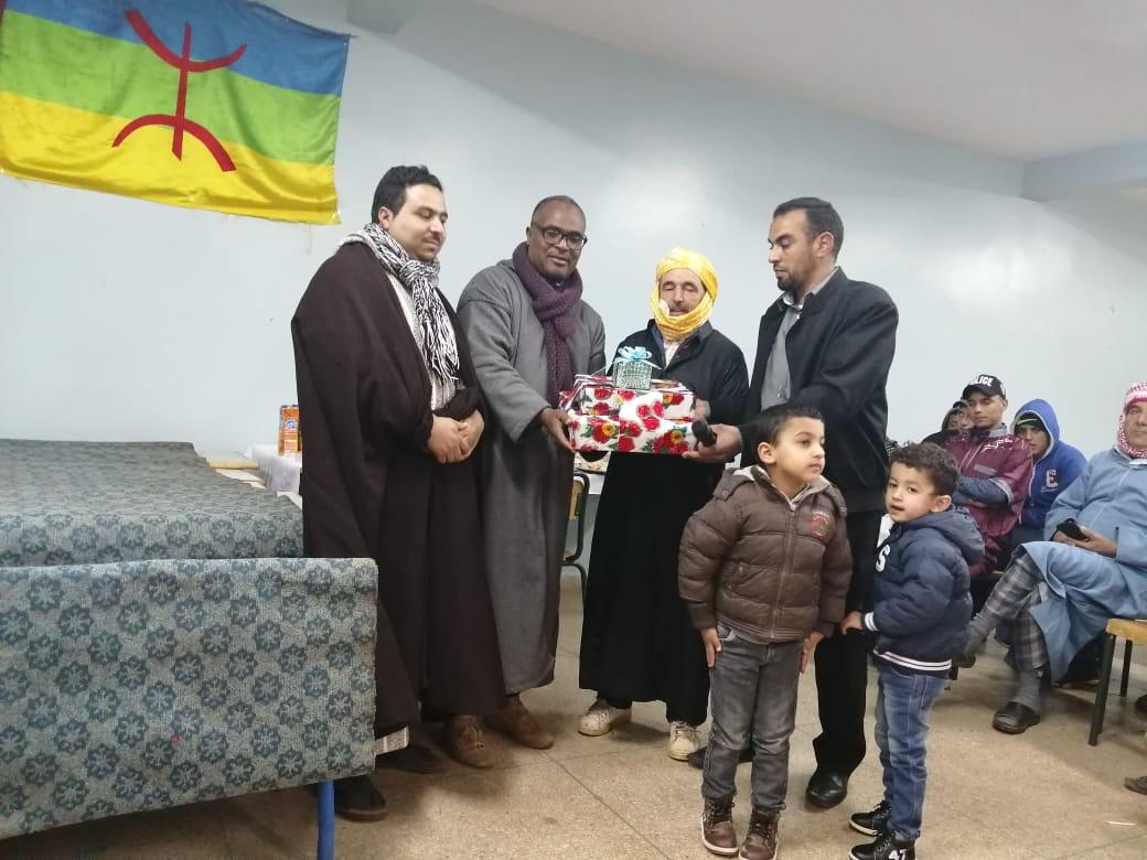 سيدي إفني : ثانوية محمد اليزيدي التأهيلية تكرم أحد المساعدين التقنيين بمناسبة احالته على المعاش ( صور )
