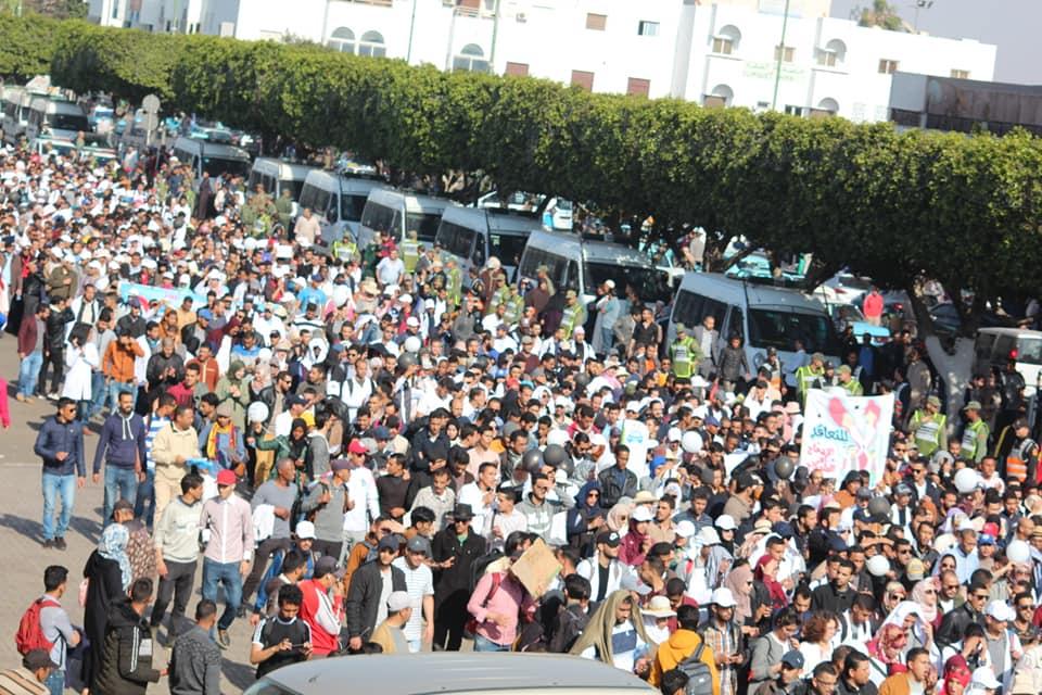 بالصور:في ذكرى 20 فبراير .. مسيرة حاشدة للمتعاقدين بإنزكان