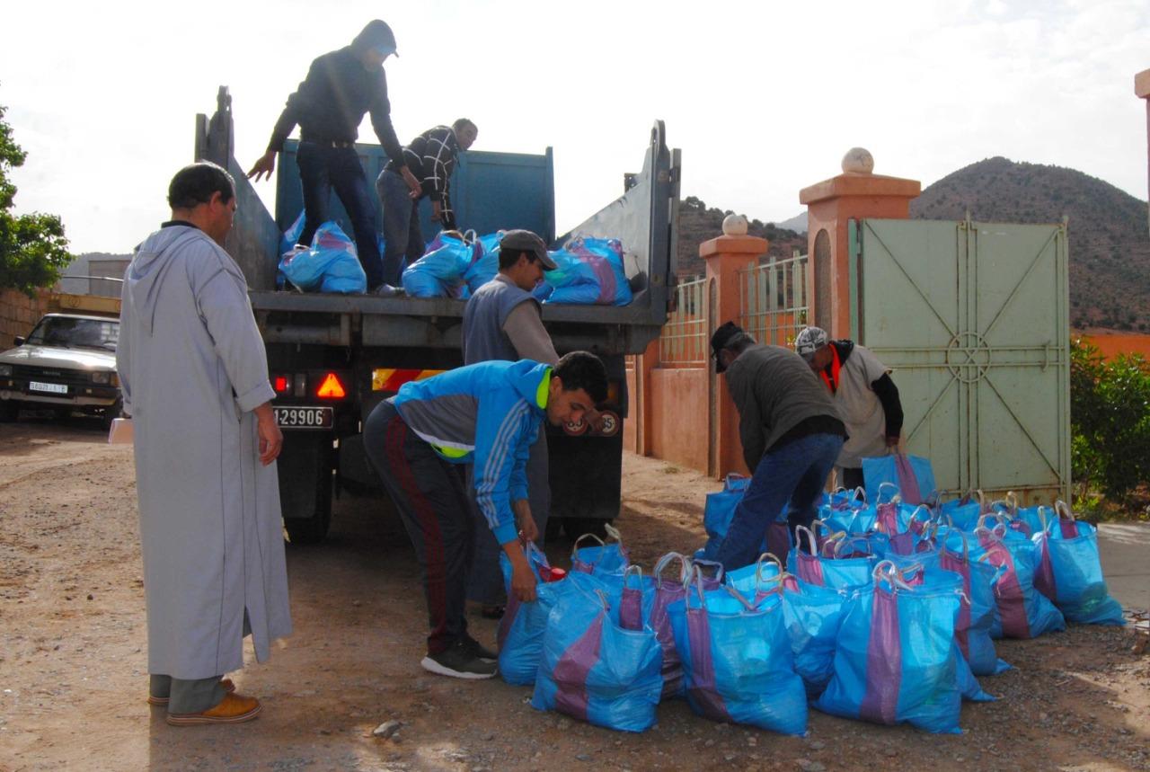 تيغمي : بالصّور ..900 أسرة معوزة بتراب الجماعة تستفيد من المساعدات الغذائية
